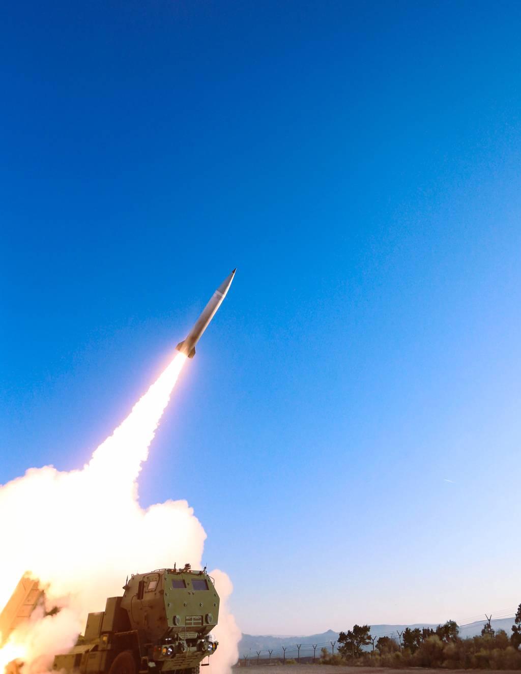 El misil de ataque de precisión del Ejército de EE. UU. Rompe el récord de distancia en una prueba de vuelo