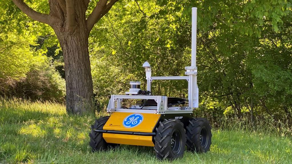 El robot General Electric navega por terrenos inexplorados en una demostración del ejército de EE. UU.