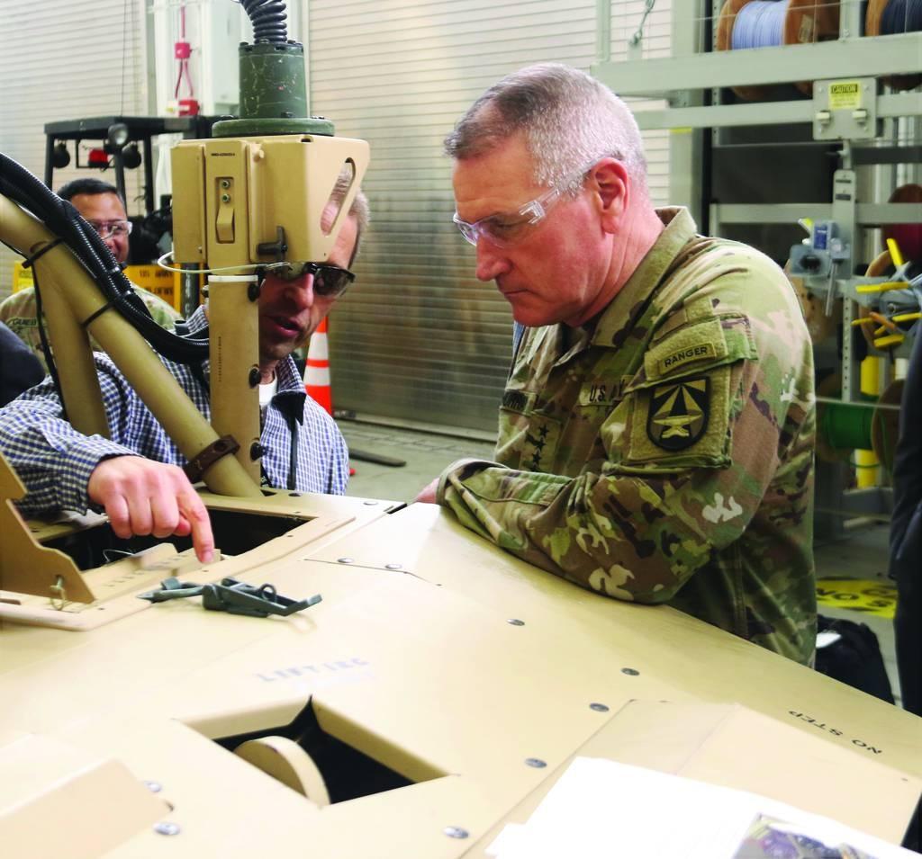 El jefe del Comando de Futuros del Ejército habla de 'parches rocosos' en el despliegue rápido de armas críticas